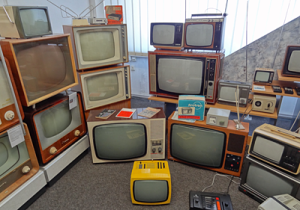 Stacked televisions (old)